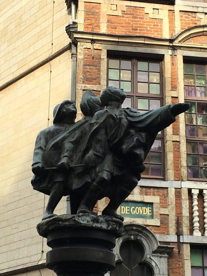 Brysselissä on aika paljon patsaita. En tiedä mikä tämän nimi oli, mutta ihan hauska.