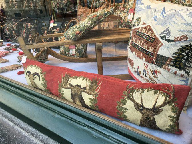 Tällaisia tyynyjä ei meillä juurikaan ole myynnissä. Tyyny on nimittäin tarkoitettu oven alareunaan estämään vetoa.