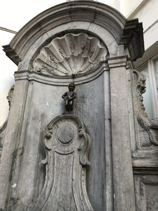 Juhlapäivinä Manneken Pis saattaa pissata viiniä tai olutta. Tapana on myös pukea patsas juhlan kunniaksi. Patsaalla on yli 100 asua.